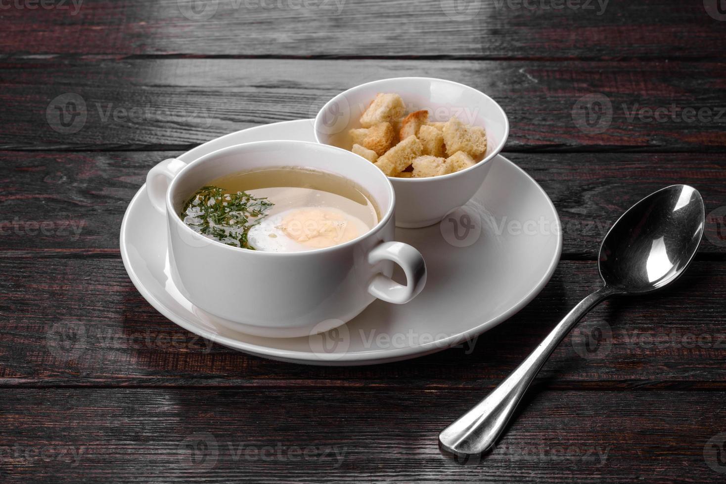 Aziatische noedelsoep, ramen met kip, groenten en ei in witte kom foto