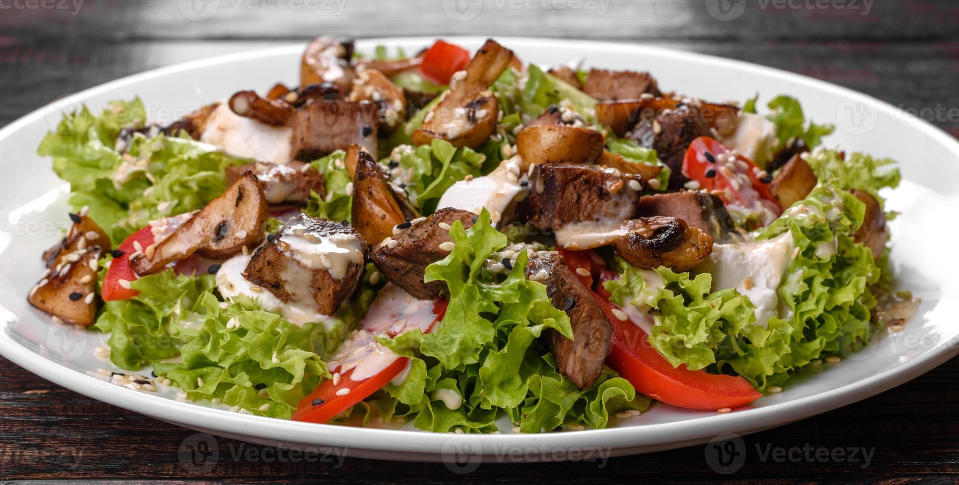heerlijke verse rundvleessalade voor op een feestelijke tafel foto