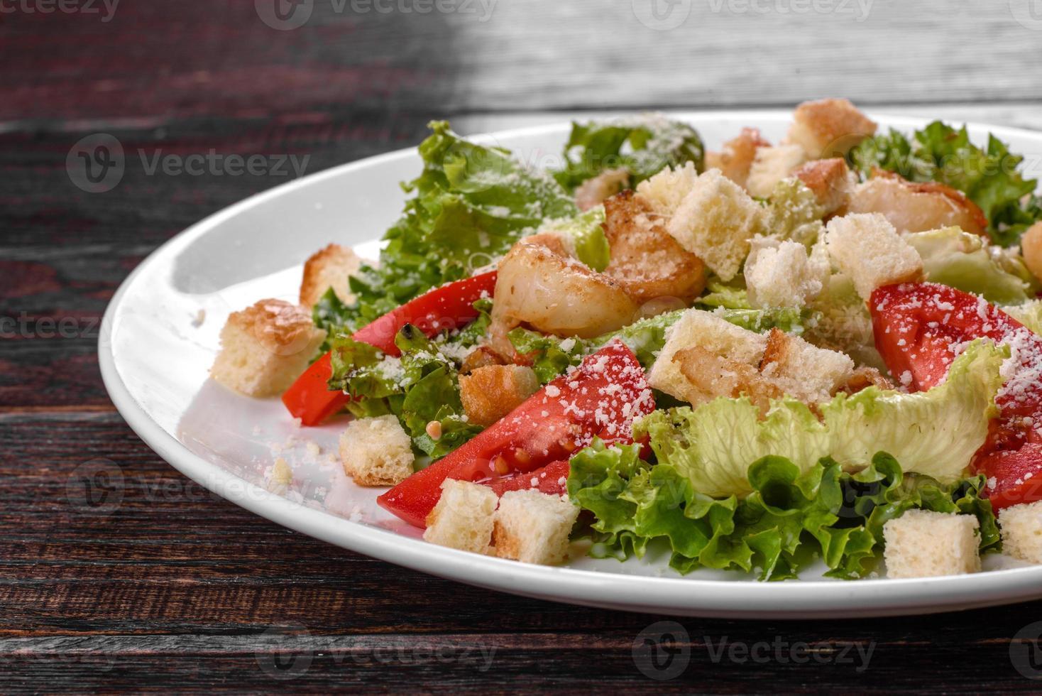 heerlijke frisse salade met garnalen voor op de feesttafel foto