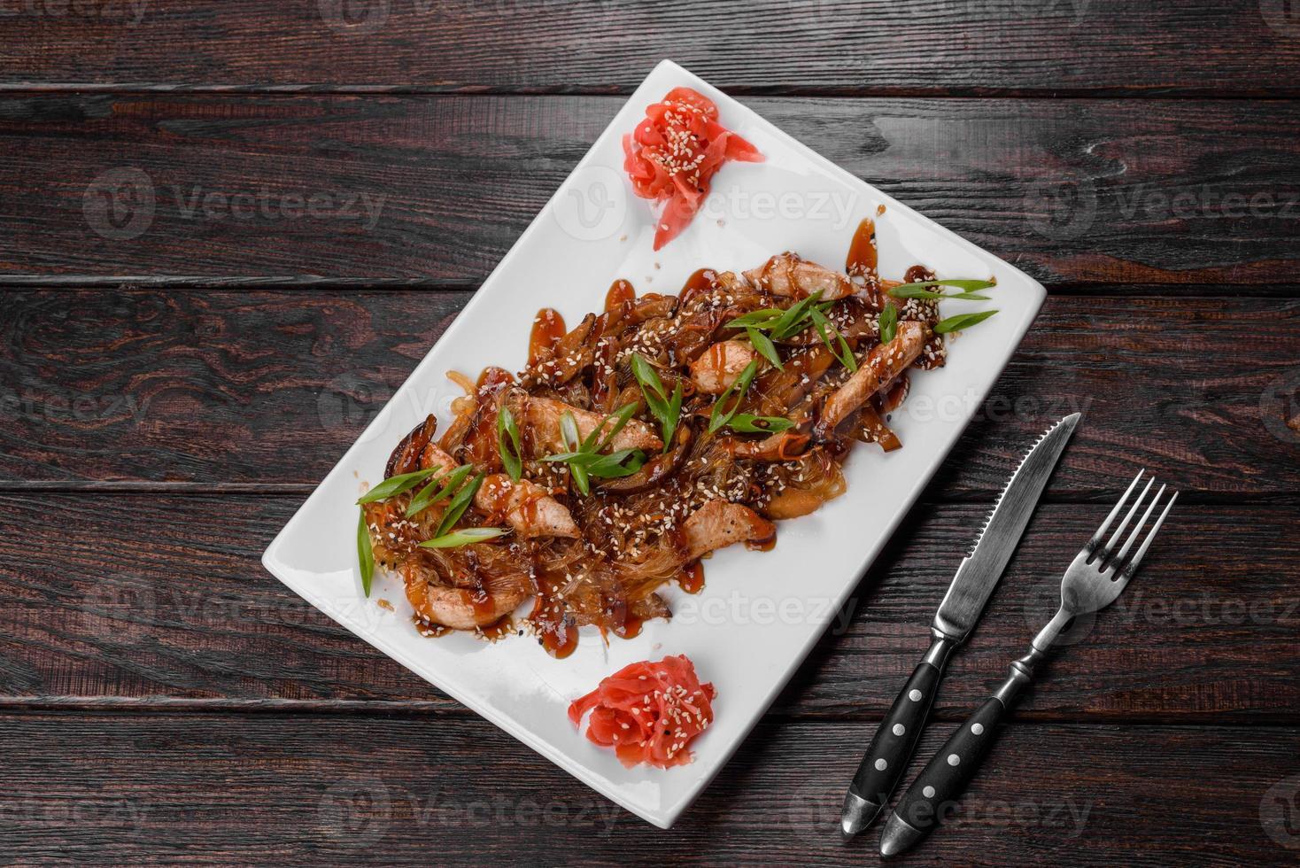 heerlijke verse udon met kip en rijstnoedels met kruiden en groenten foto