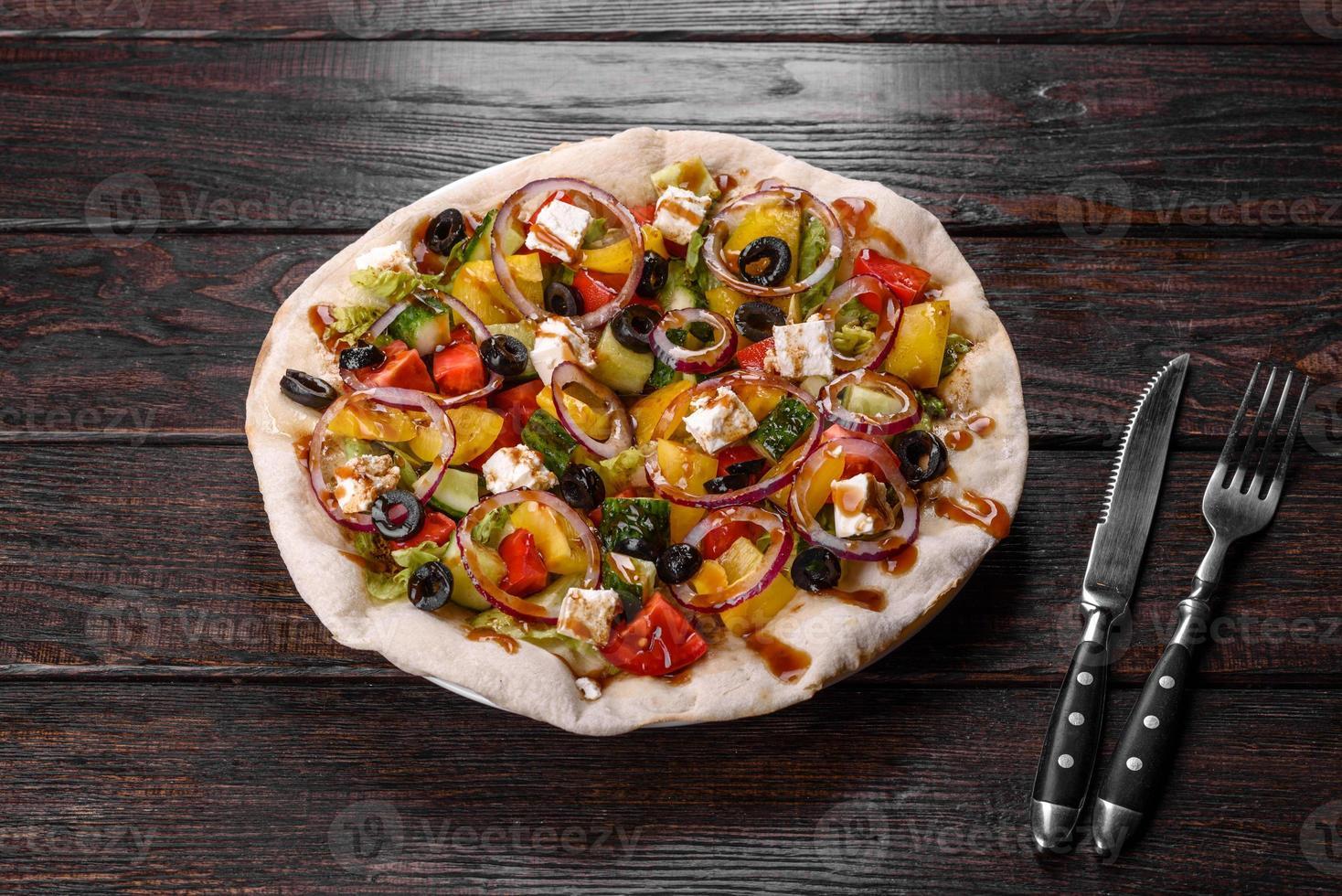 smakelijke verse Griekse salade op een pitabroodje gekookt voor een feestelijke tafel foto