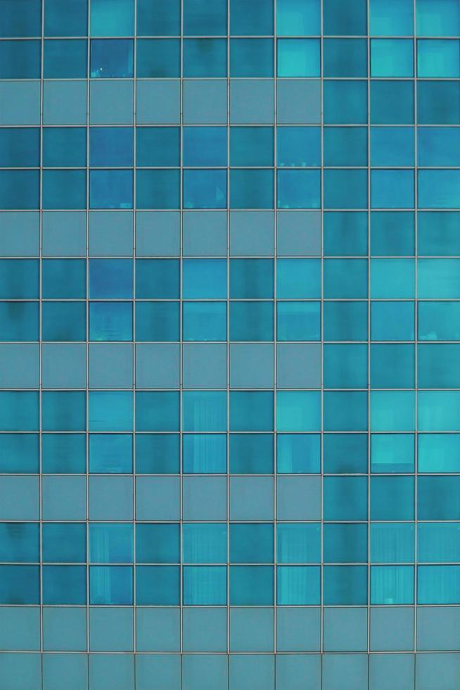 blauwe glazen wand van wolkenkrabber. kantoorgebouw ramen. foto