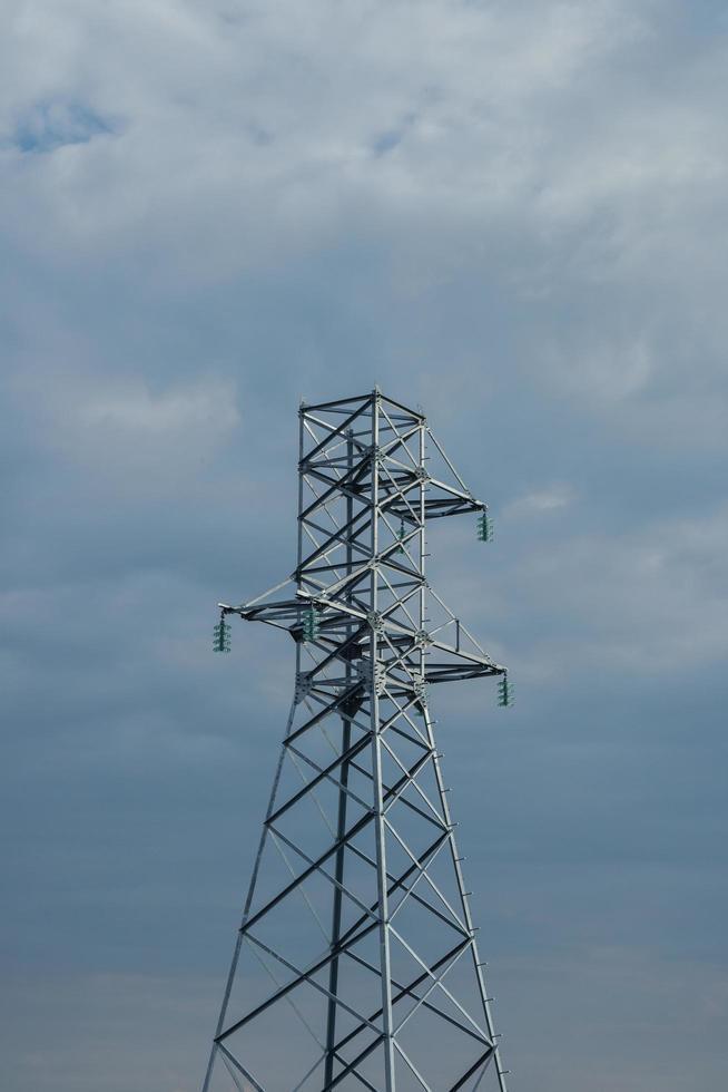 nieuwe hoogspanningstorens voorbereid voor de installatie van draden. foto
