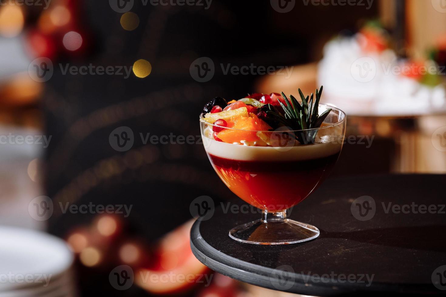 kleurrijke tafel met snoep en goodies voor de receptie van het huwelijksfeest, decoratie desserttafel. heerlijke snoepjes op snoepbuffet. desserttafel voor een feestje. taarten, cupcakes. foto