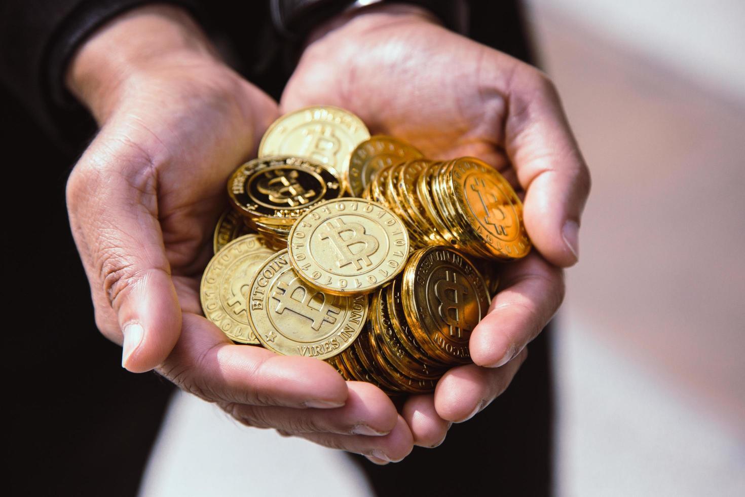 bitcoin in de hartvormige hand, elektronisch virtueel geld voor webbankieren en internationale netwerkbetaling. foto