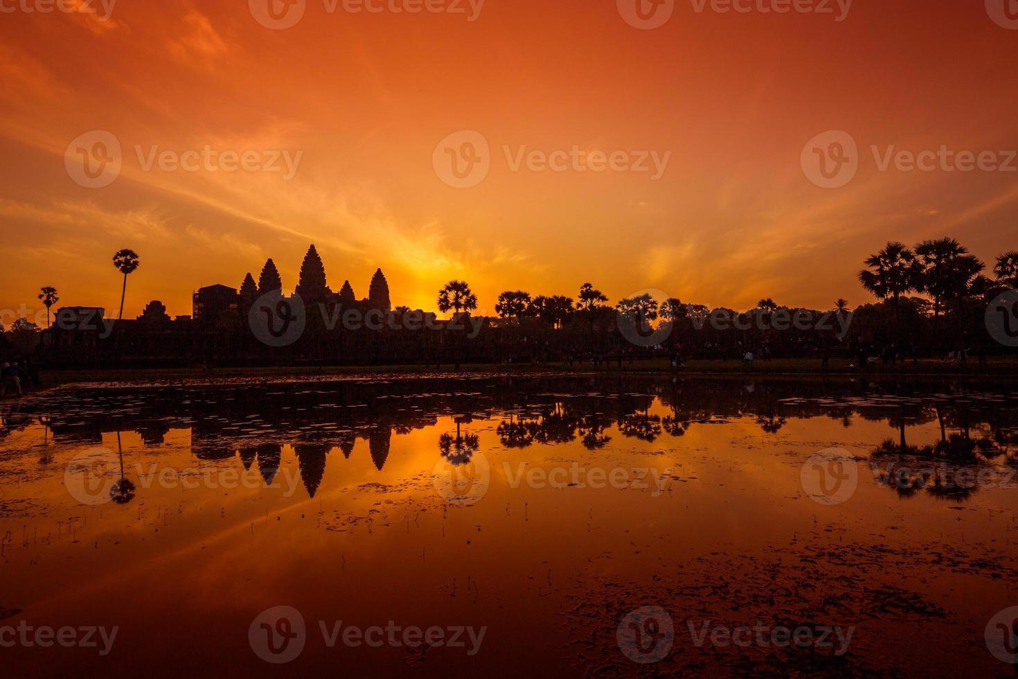 kleurrijke sfeer en de zonsopgang bij angkor wat. foto
