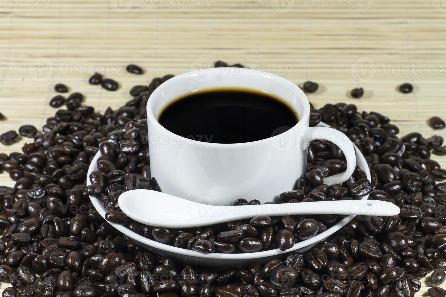 warme koffie met gebrande koffiebonen decoratie foto