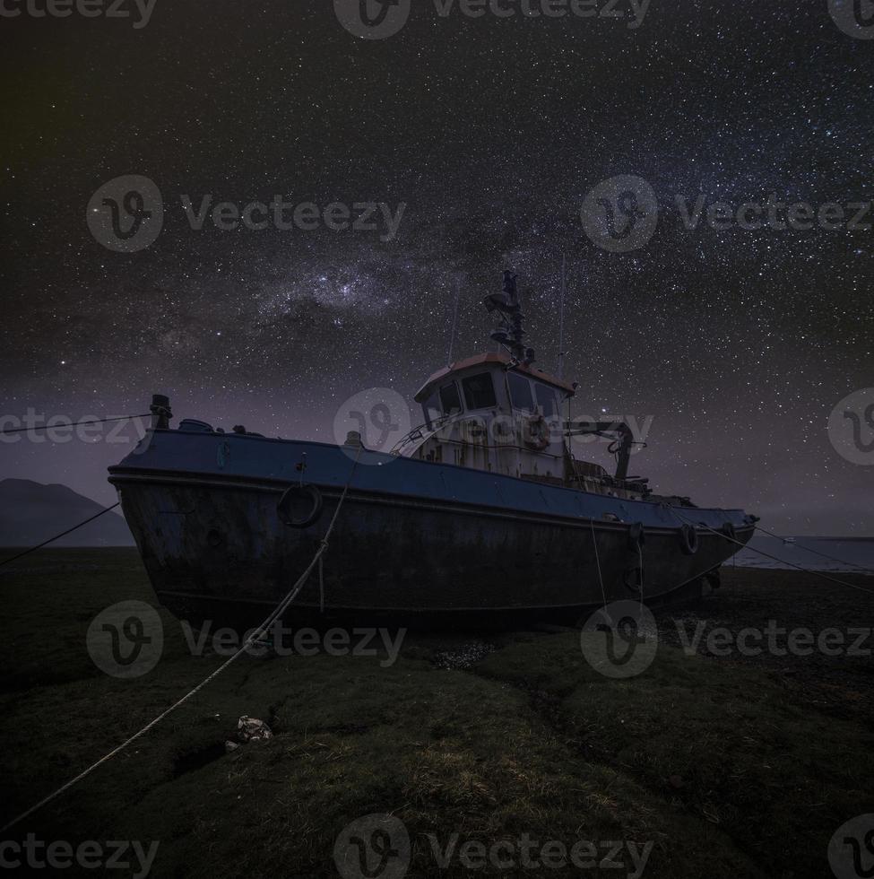 sleepboot 's nachts foto