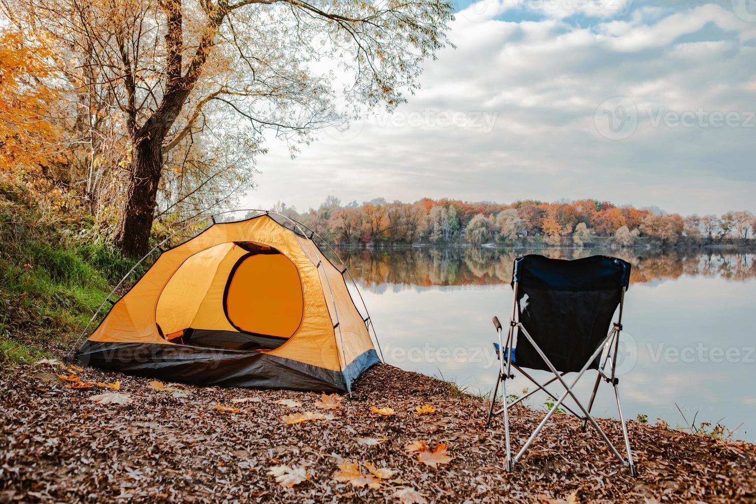 tent op het strand van het meer herfst herfst seizoen foto