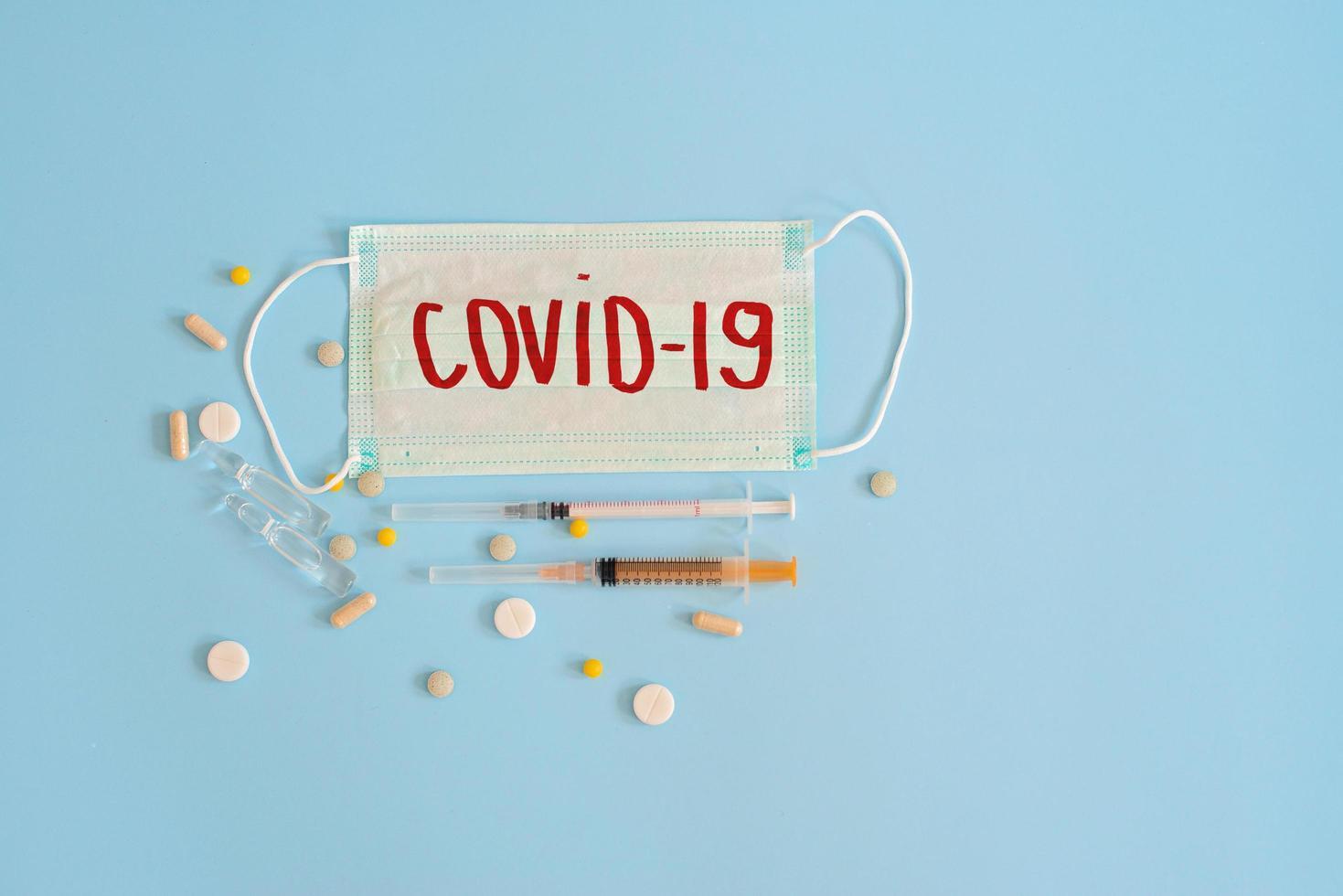 coronavirus concept op blauwe achtergrond foto