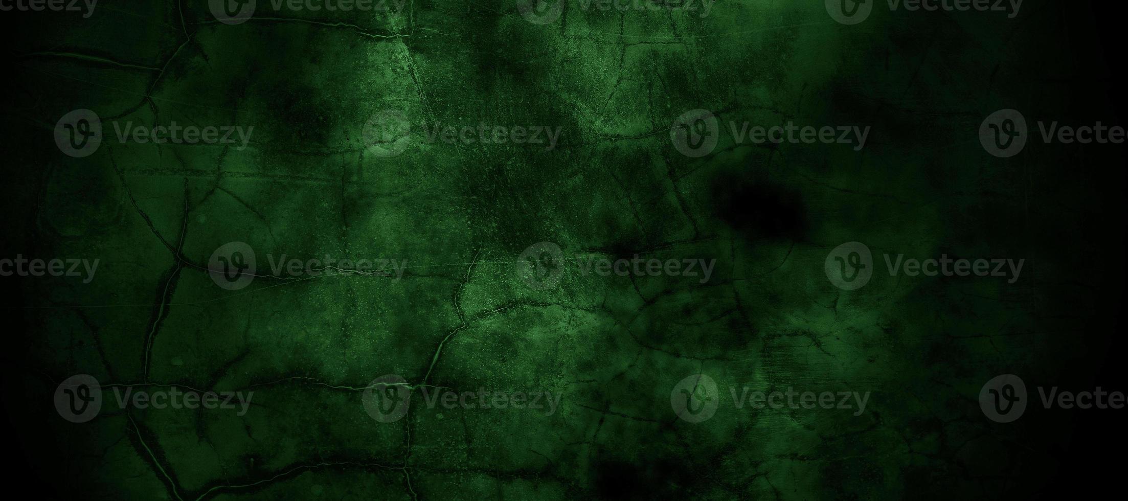 enge donkergroene mistige gebarsten muur voor achtergrond foto