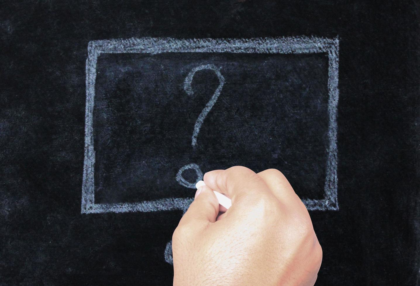 hand tekenen vraagteken op het schoolbord foto