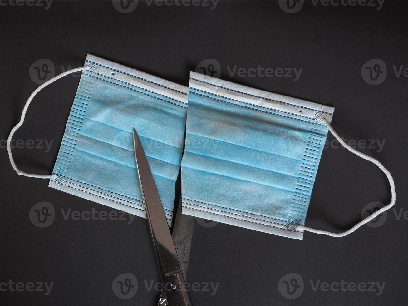 correcte verwijdering van gebruikt medisch masker, geknipt om hergebruik te voorkomen foto