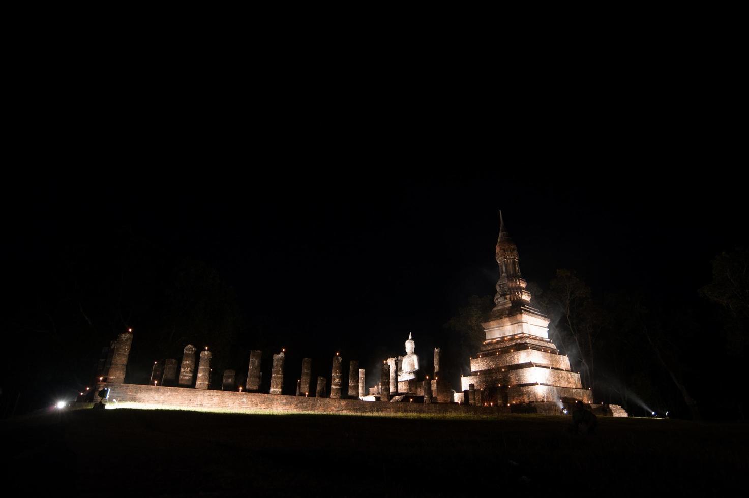 tempel in het historische park van sukhothai in de nacht van de volle maan tijdens het loykratong-festival, sukhothai thailand foto