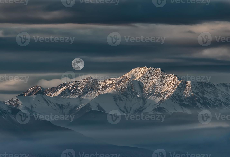 landschap van bergen en woestijn met sneeuw foto