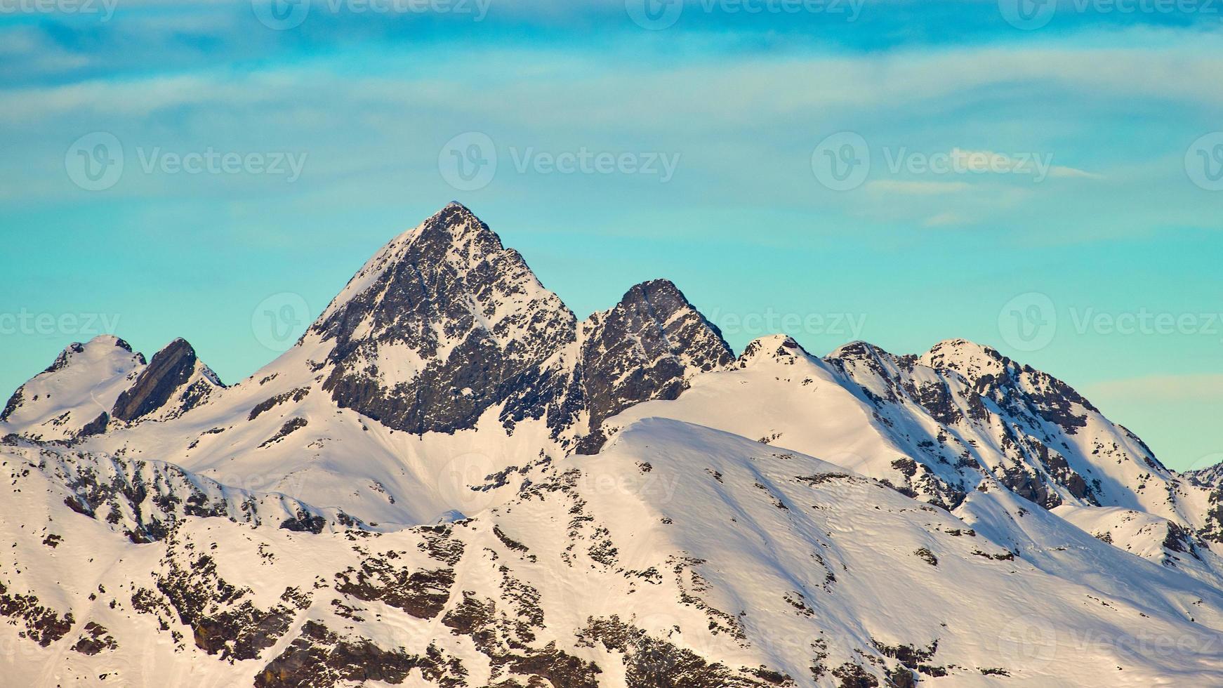 de berg van diavolo-kant in de bovenste brembana-vallei. waar de rivier de Brembo ontspringt foto