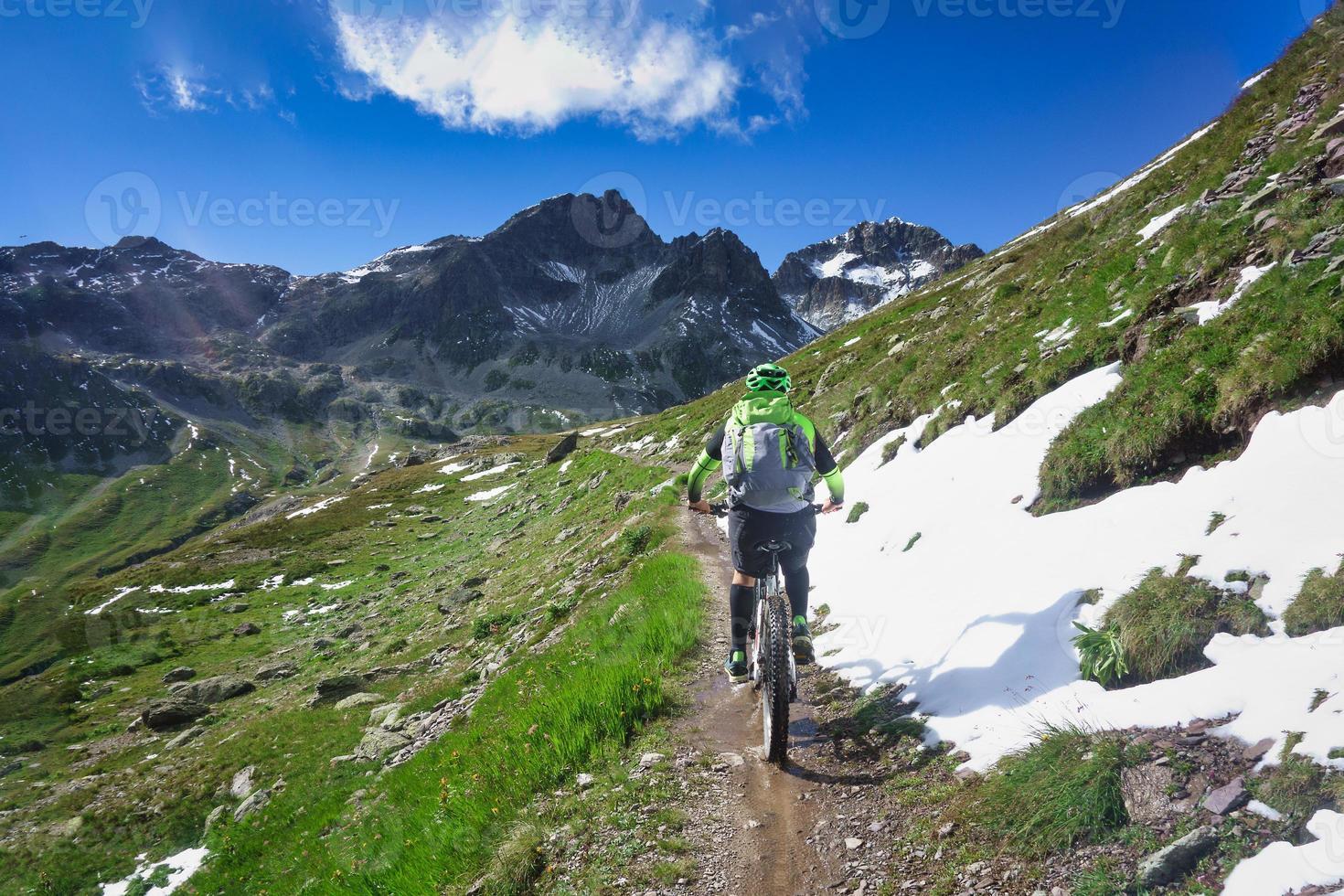 mountainbiken in een klein smal bergpad foto