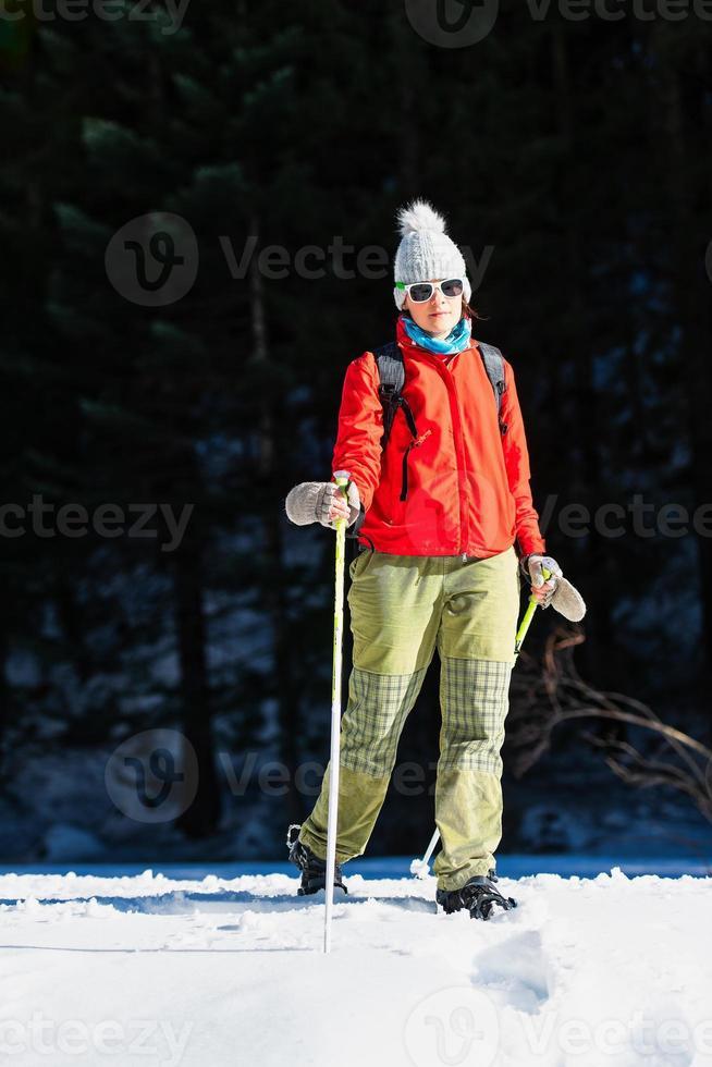 wandelen in de sneeuw in het voorjaar. een meisje foto