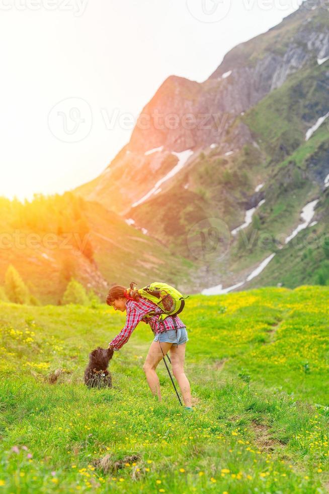meisje speelt met haar hond foto