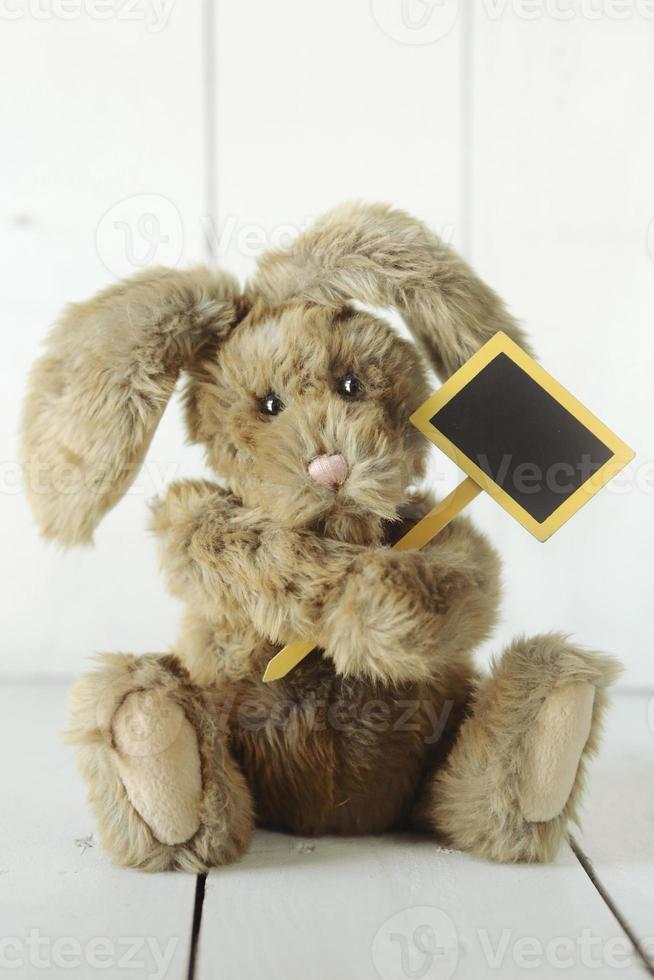 teddybeer zoals zelfgemaakte konijn op houten witte achtergrond foto