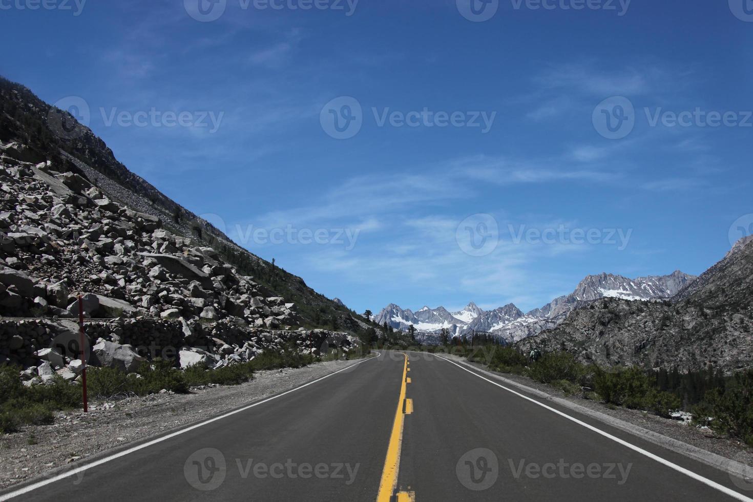 rijden in de oostelijke Sierra Mountains foto