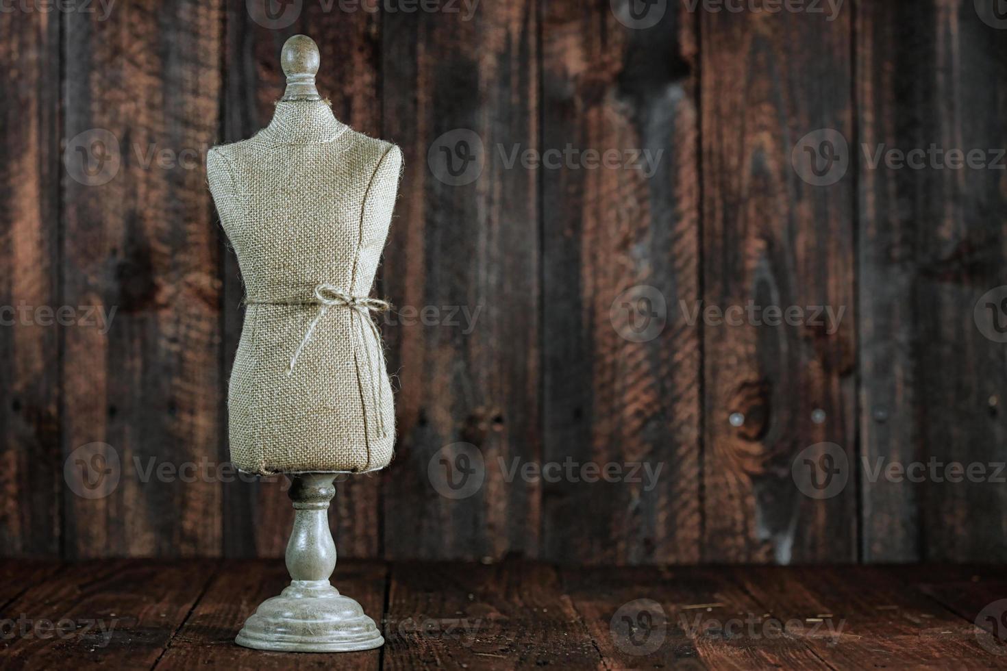 antieke mannequin bustes op hout grunge achtergrond foto