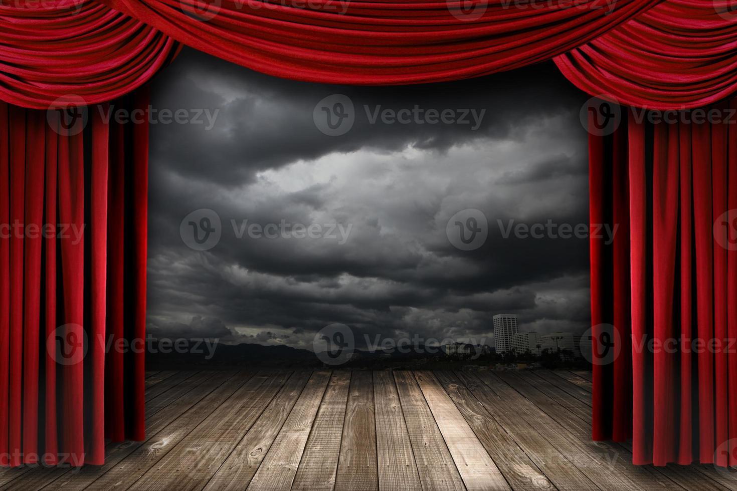 helder podium met roodfluwelen theatergordijnen foto