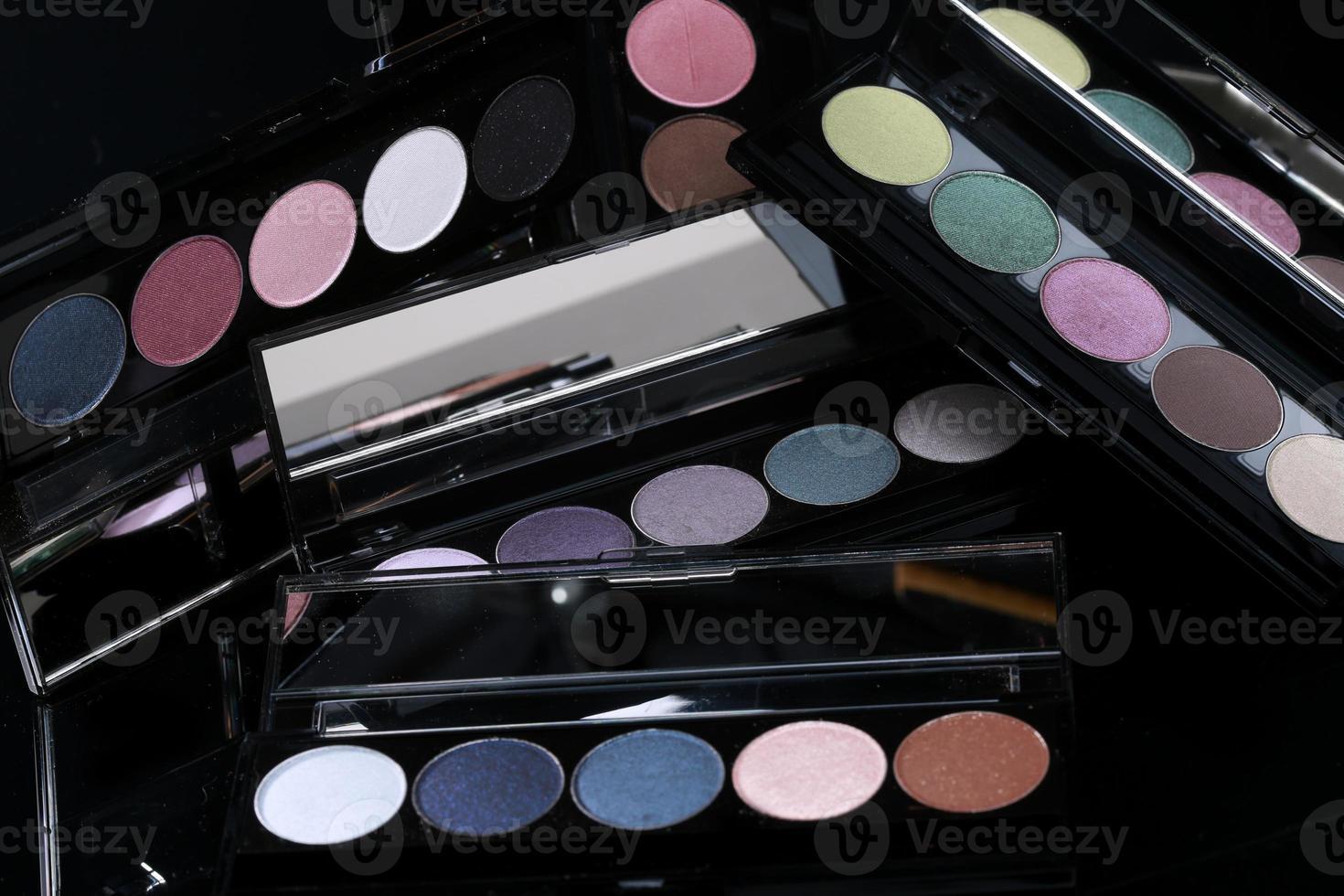 kleurrijke oogschaduwcollecties op zwarte achtergrond foto
