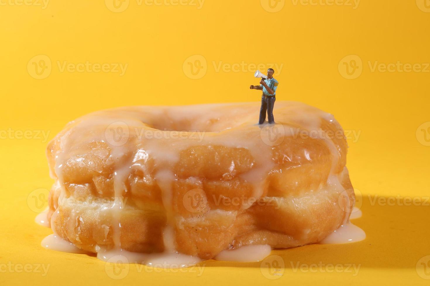 politieagenten in conceptuele voedselbeelden met donuts foto