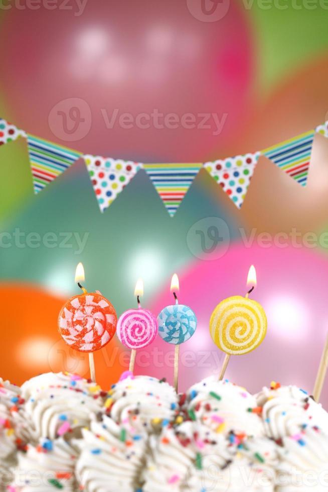 feest met ballonnen, kaarsen en cake foto
