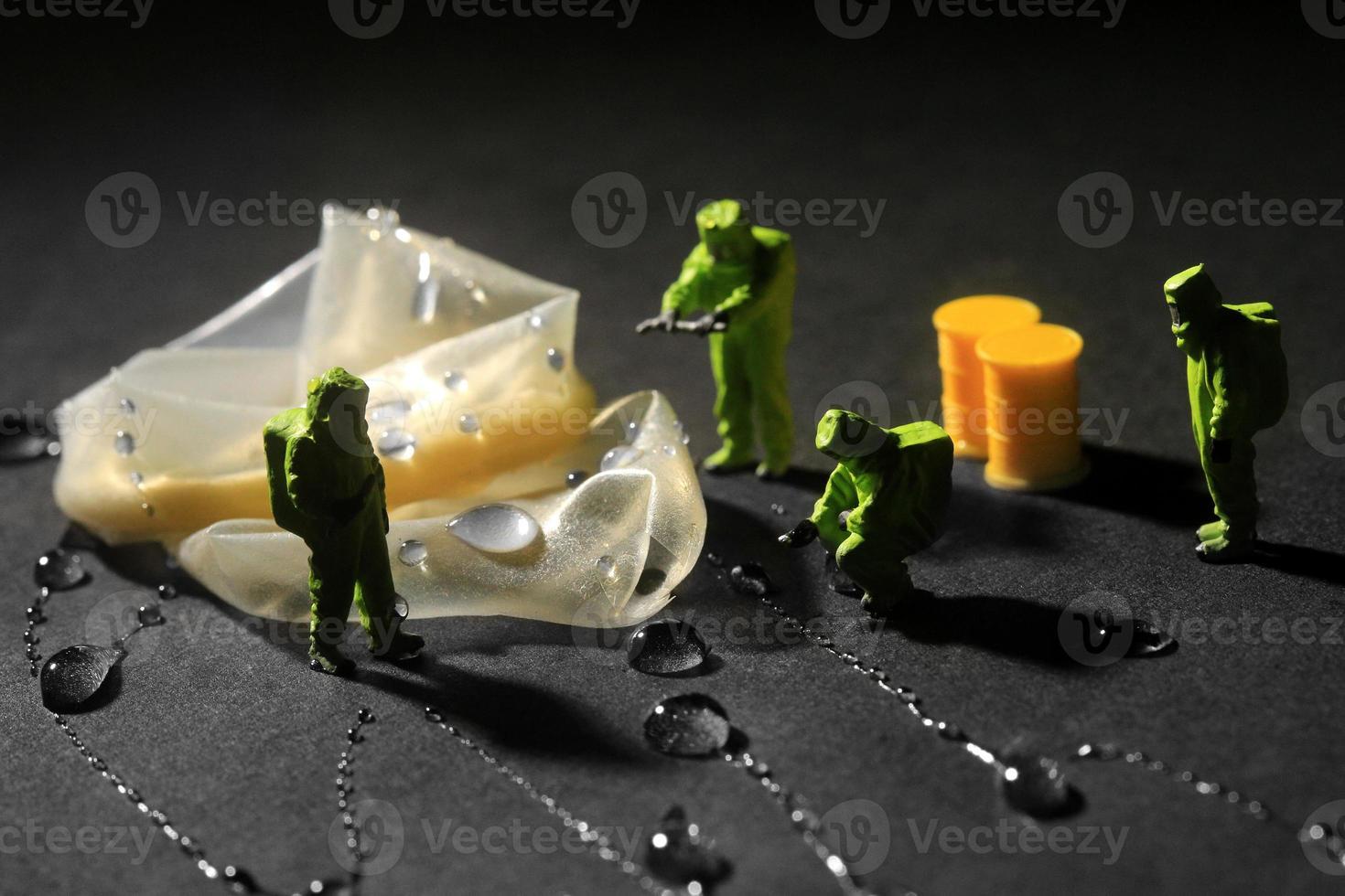kleine miniatuur geschaalde mensen in nieuwsgierige concepten foto