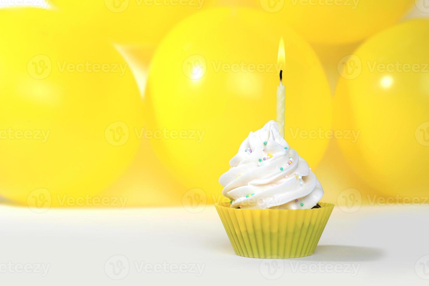 heldere gelukkige verjaardag cupcakes met kaarsen foto