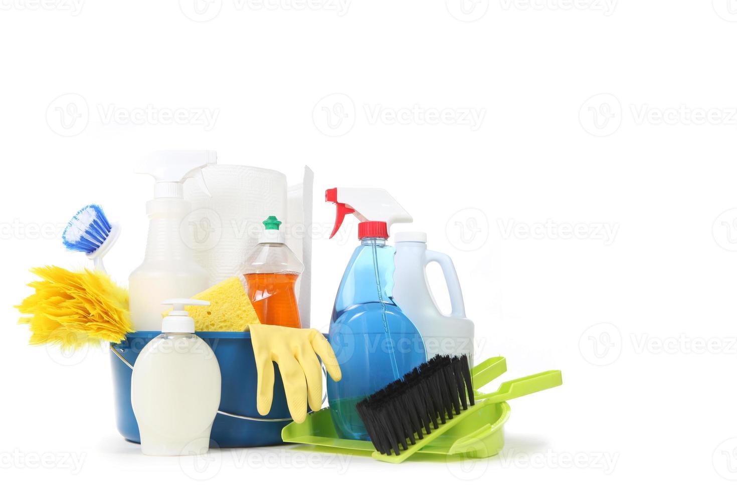 huishoudelijke schoonmaakmiddelen in een blauwe emmer foto