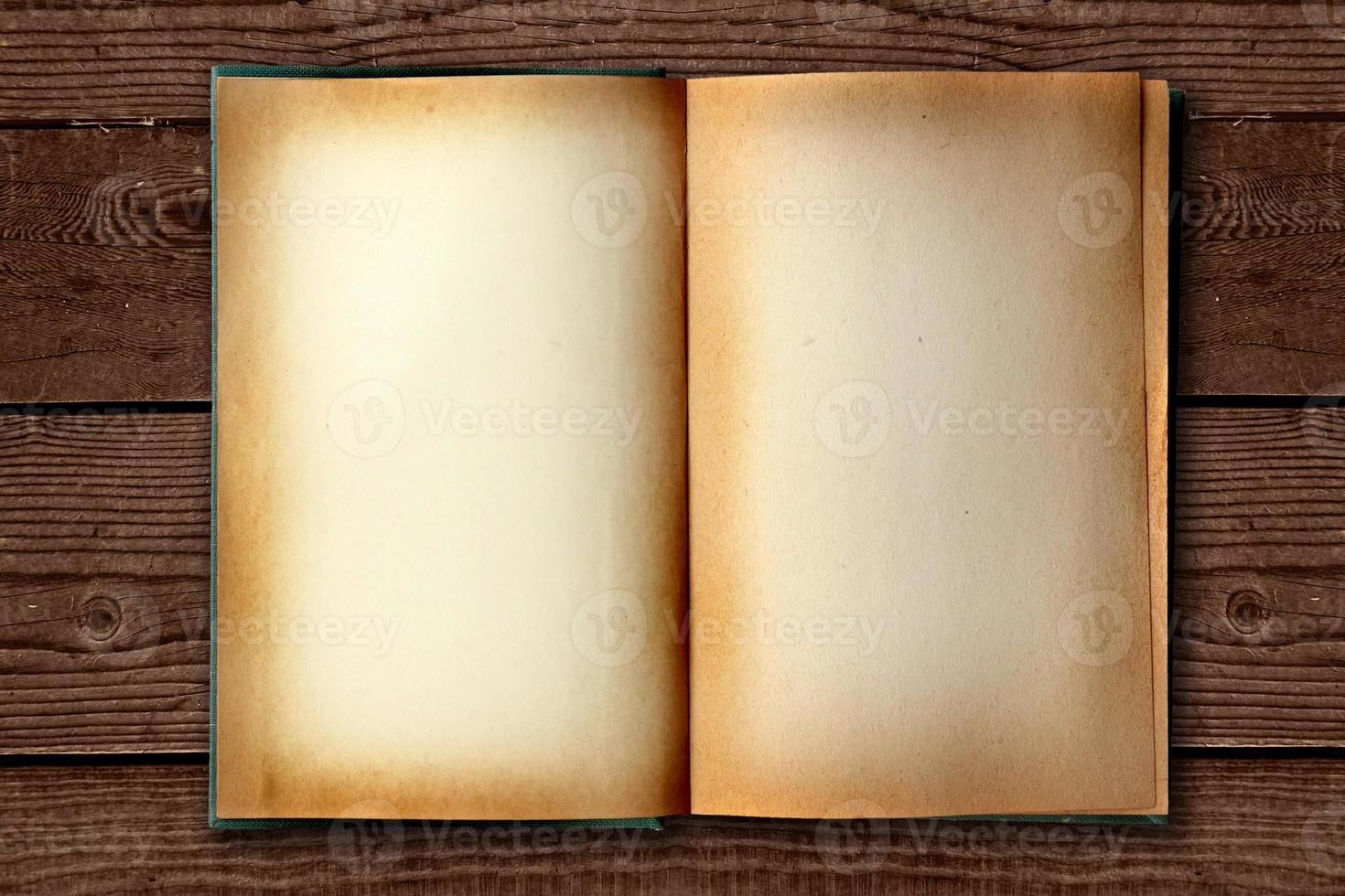 bevlekt oud werkboek open op een distessed achtergrond foto