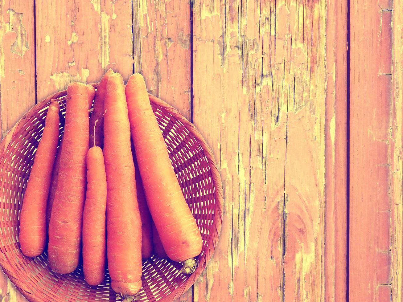 wortelen op de houten achtergrond foto