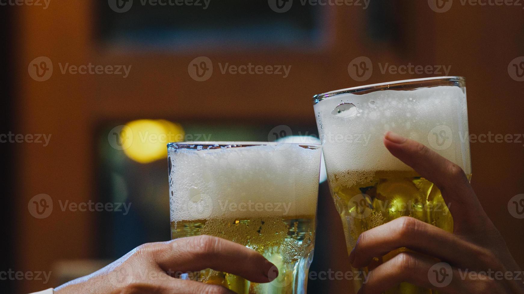 groep gelukkige toeristische jonge Azië-vrienden die alcohol of ambachtelijk bier drinken en een hangout-feest hebben in de nachtclub aan de khao san road. reiziger backpacker Azië mensen reizen in bangkok, thailand. foto