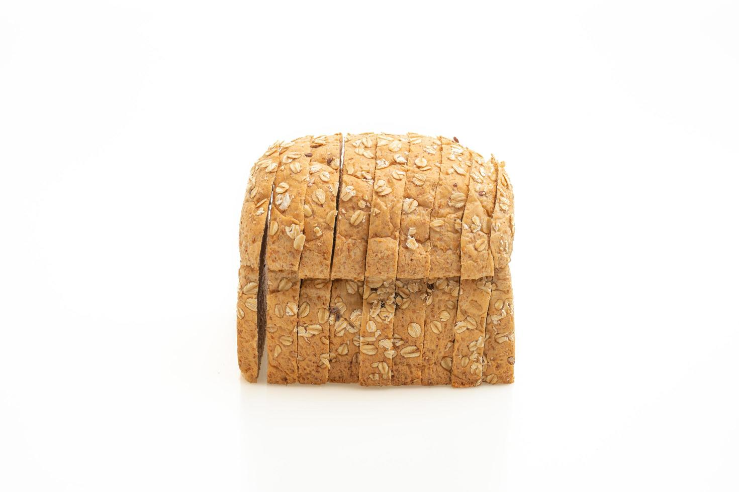 gesneden volkoren brood geïsoleerd op een witte achtergrond foto
