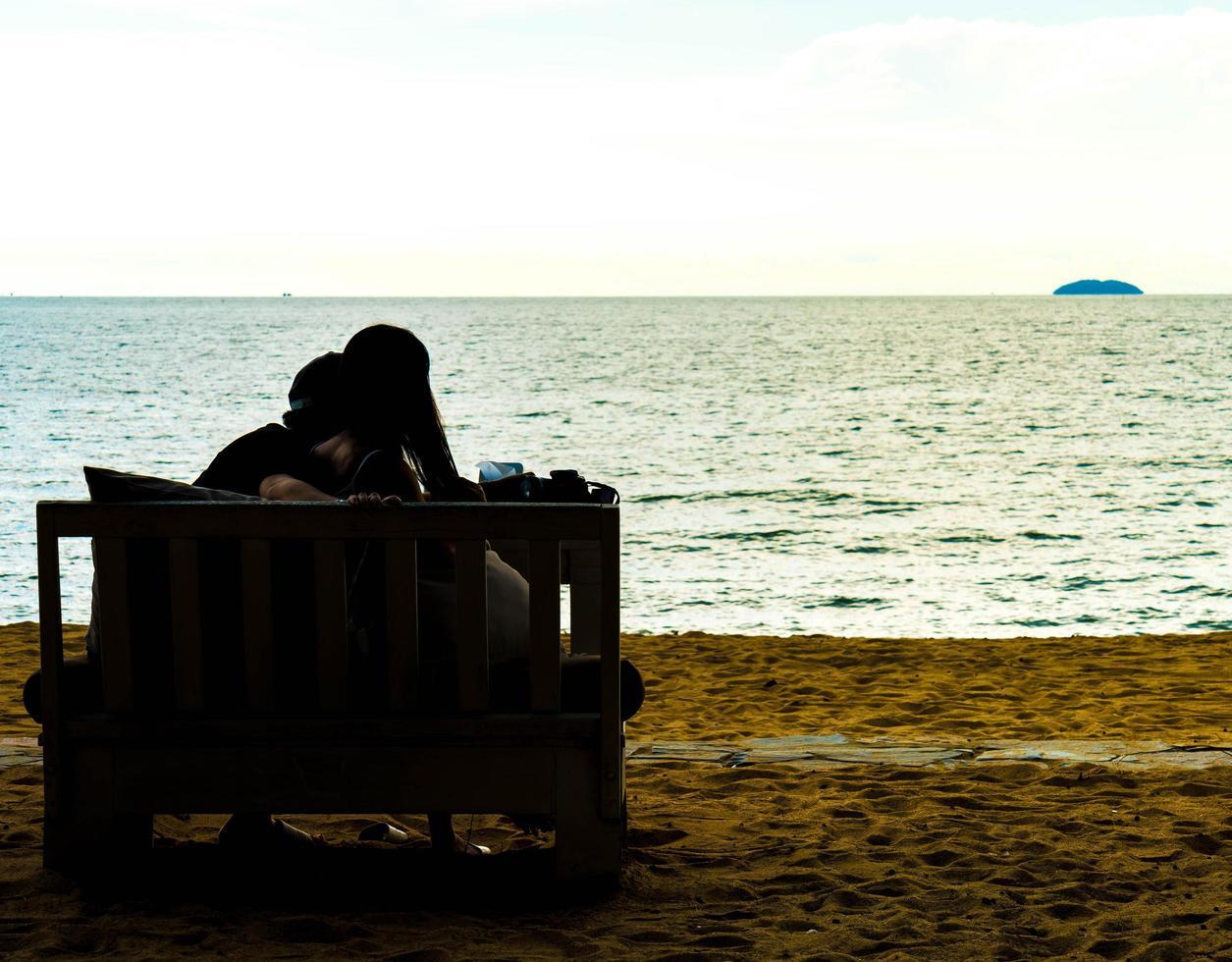 silhouet paar liefde met uitzicht op zee - vintage effect filter foto