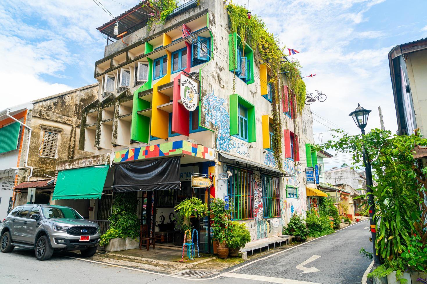 songkhla, thailand - 2020 nov 15 - kleurrijk en mooi gebouw oude stad en landschap in songkhla, thailand op 15 november 2020. foto