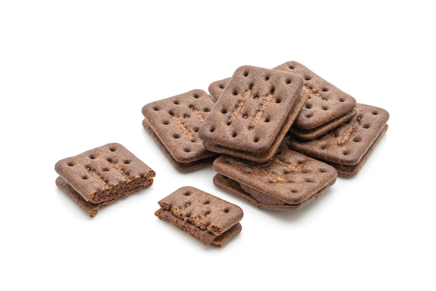 chocoladekoekjes met chocoladeroom die op witte achtergrond wordt geïsoleerd foto