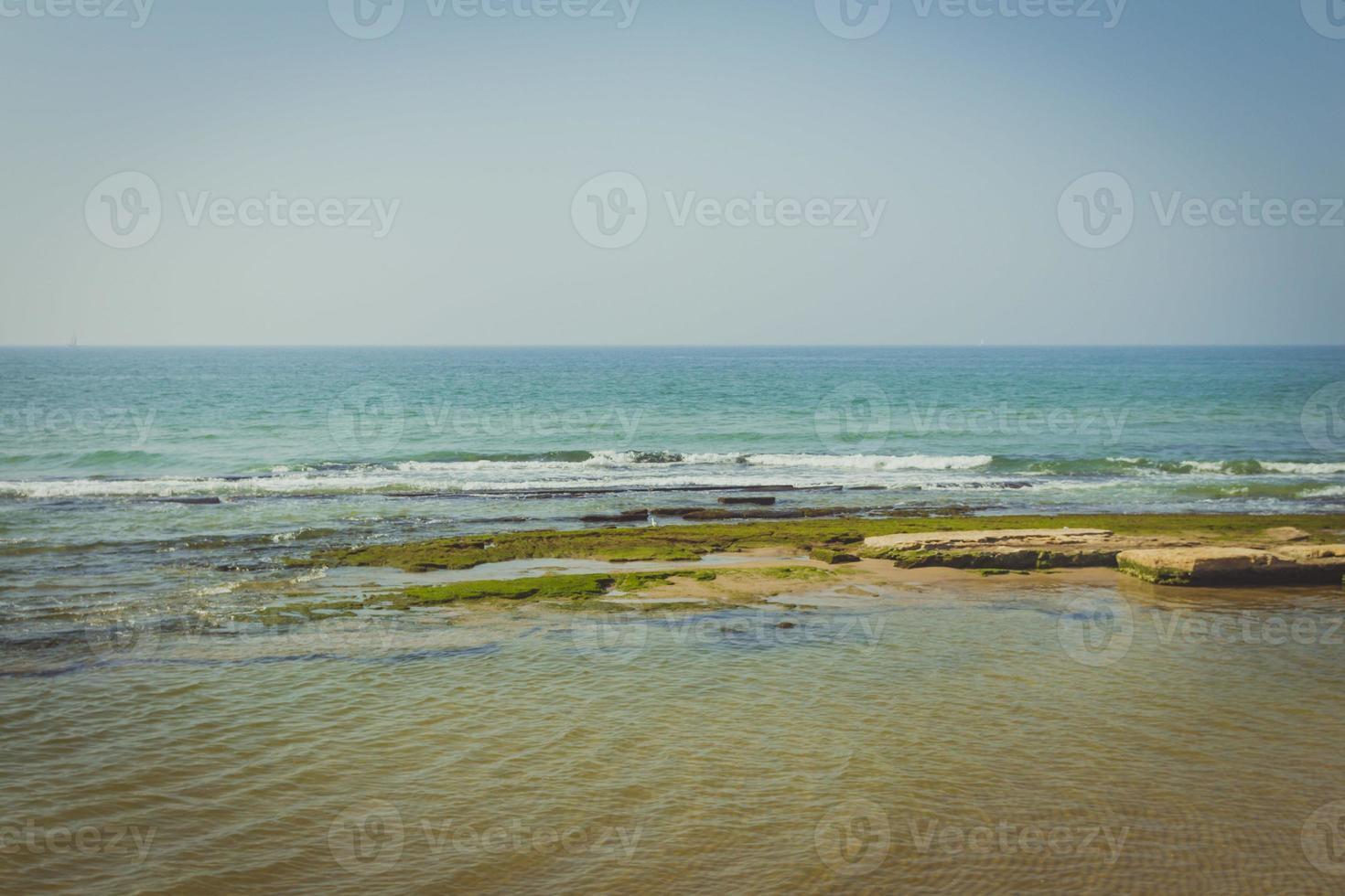 mediterrane kust op een zomerse dag foto