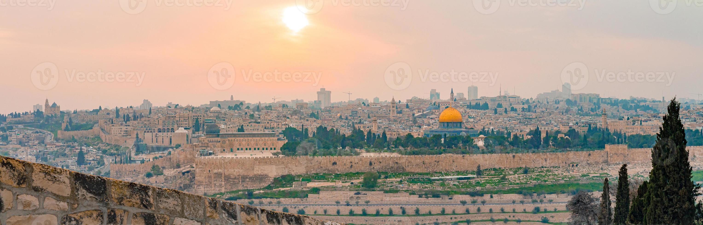 panoramisch uitzicht op de oude stad van Jeruzalem en de tempelberg tijdens een dramatische kleurrijke zonsondergang foto