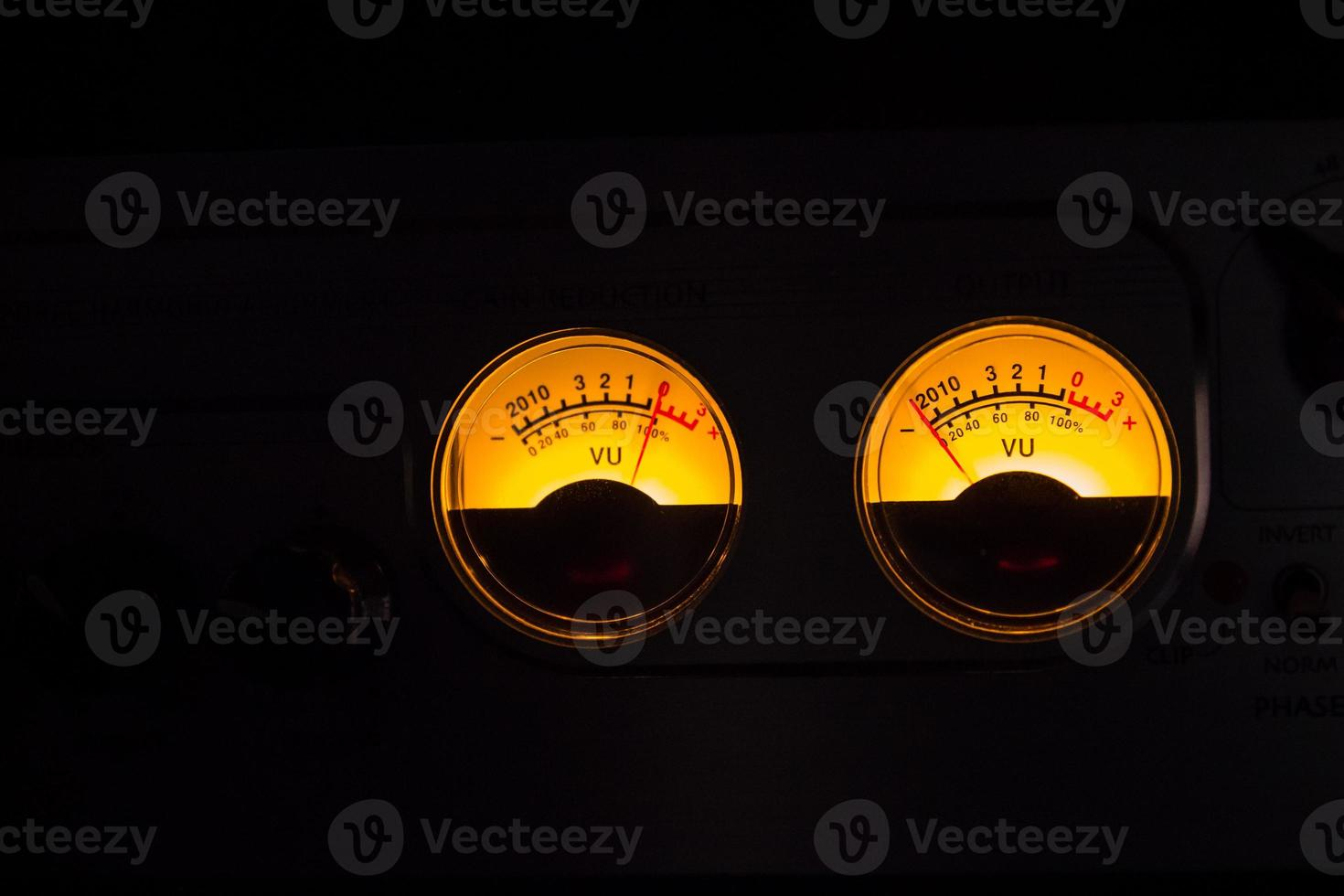 analoge vu-meters gloeien op zwarte achtergrond foto