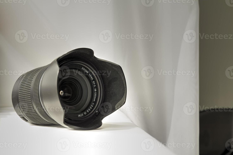 zwarte camera zoomlens op witte doek foto