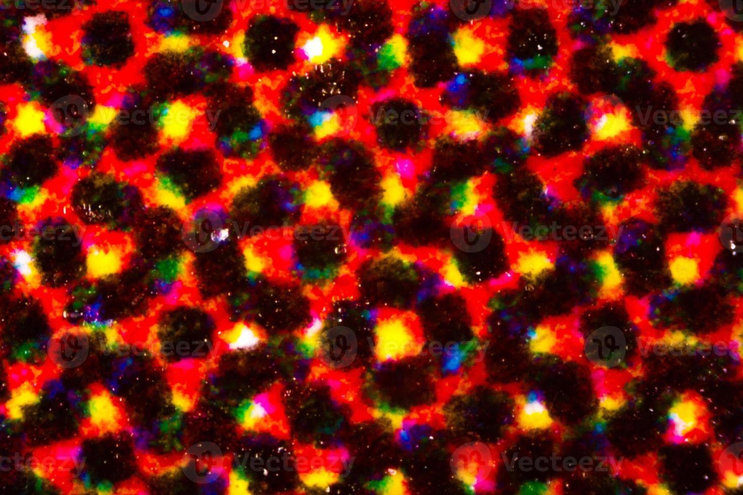 abstracte inktvlek in veelkleurendruk op flyerpapier onder de microscoop foto