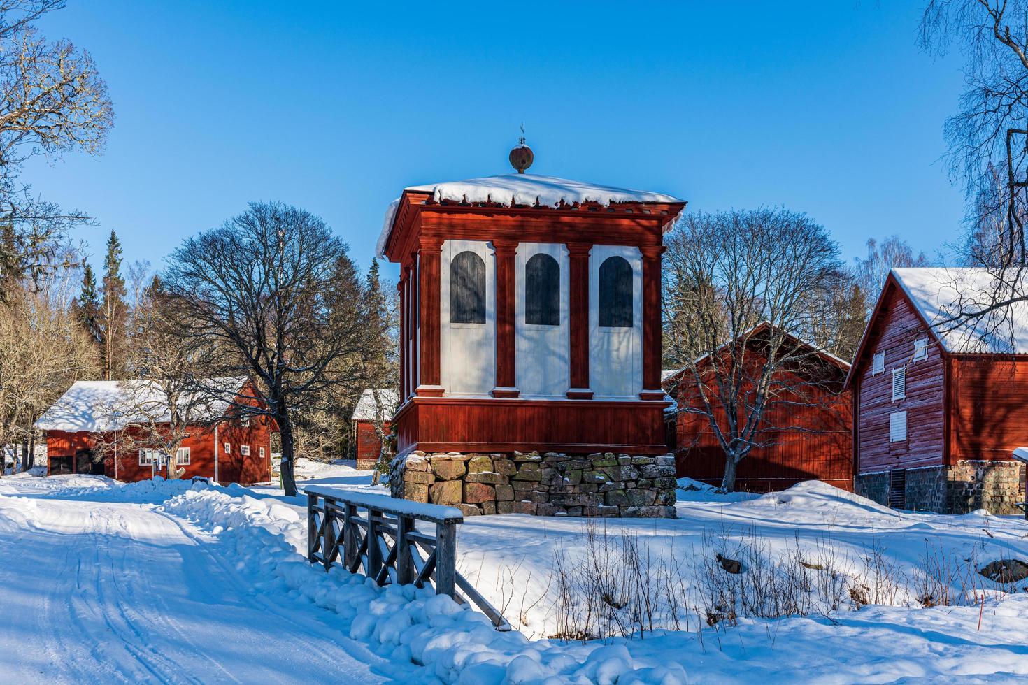 norn, zweden, 2021-02-07. typisch oud dorp op het Zweedse platteland, gebouwd rond een oude ijzerfabriek foto