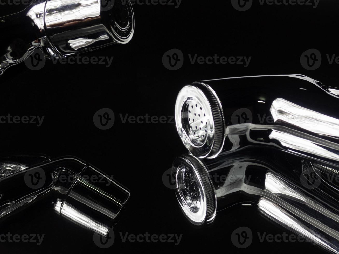 close-up bidet douche materiaal en spiraal pijp. het ontwerpconcept is gebaseerd op een spiegelachtergrond met een zwarte tint die zeer glanzend en duur is. kontreinigingsapparatuur in de badkamer foto