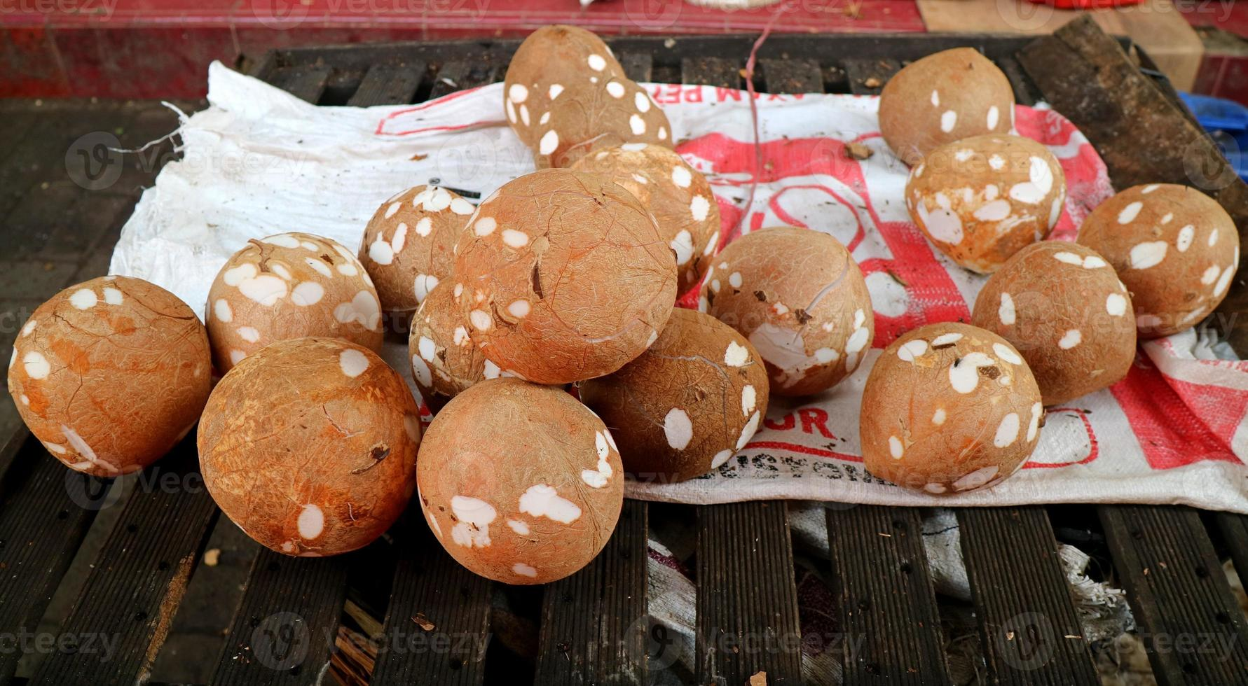 kokosnoot wordt verkocht door de traditionele markt foto
