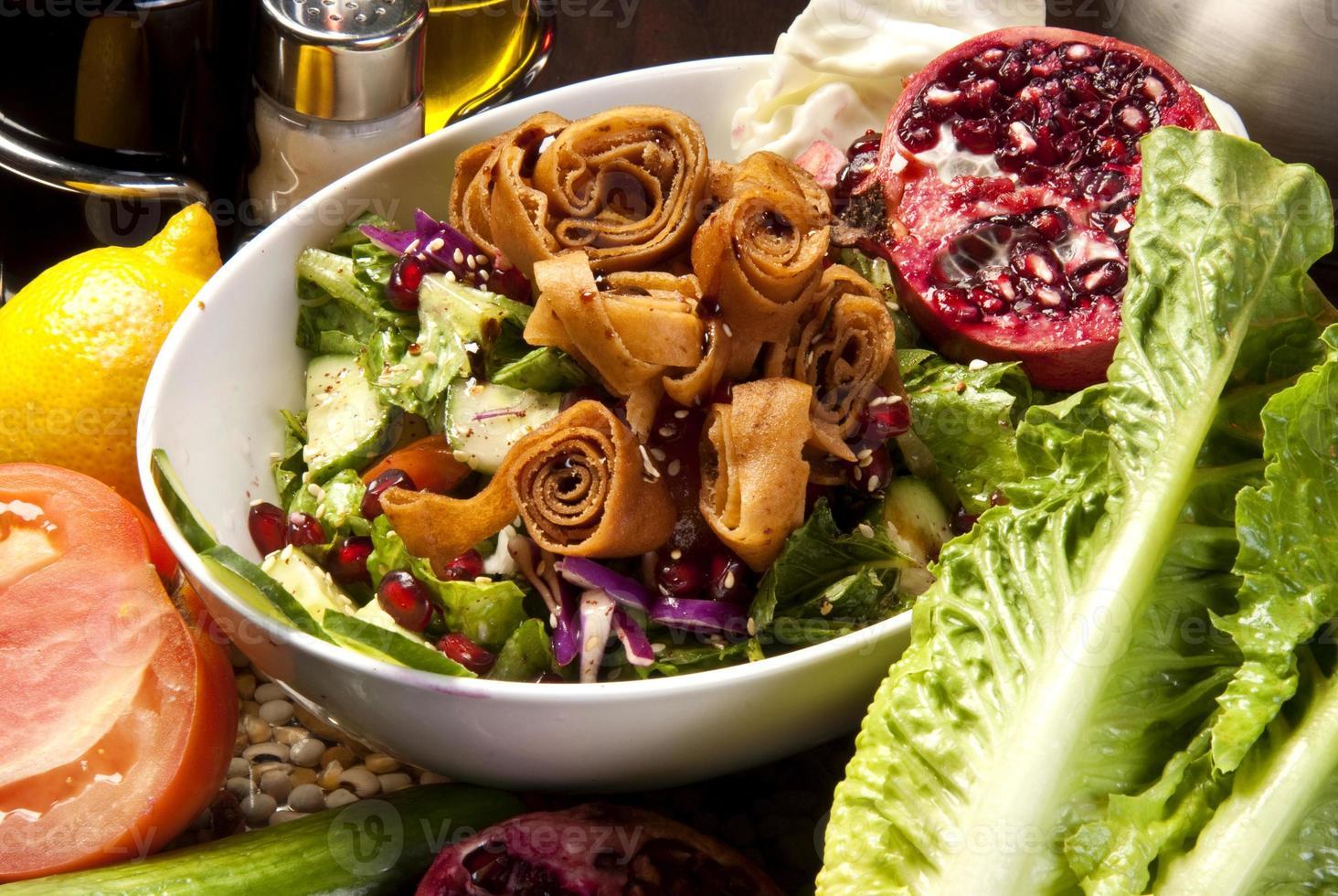 bord met traditionele Arabische salade fatysh foto