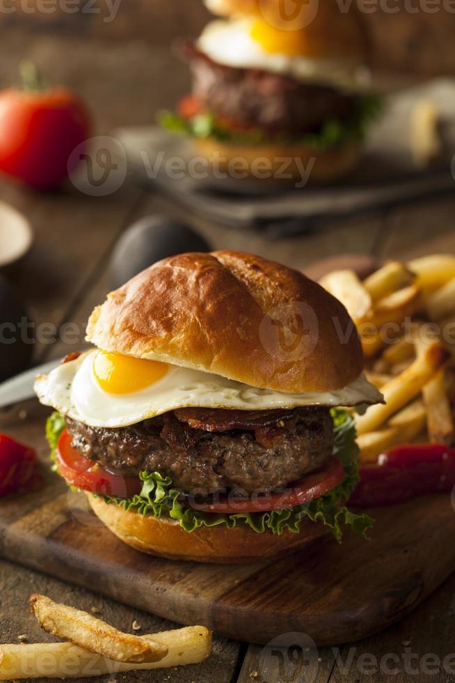 zelfgemaakte spek hamburger met ei foto